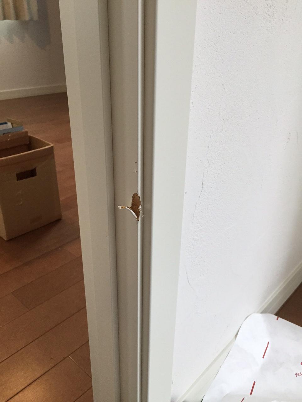 ドア枠傷補修前